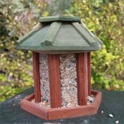 Agrainoir à oiseaux installé dans la cour de son exploitation