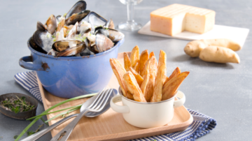 Spécialité ch'tie par excellence, les amoureux de la braderie de Lille la connaisse bien ! Les fameuses moules frites à la sauce Maroilles