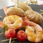 Brochettes de Ratte du Touquet, gambas & tomates cerise