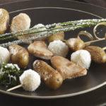 Brochettes de Ratte du Touquet, poulet & boules coco