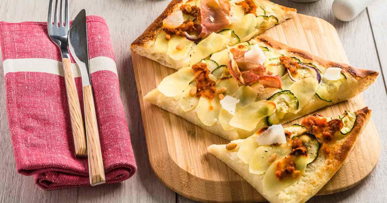 Pizza aux Ratte du Touquet, jambon de parme et pesto